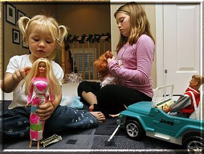 Почему девочки играют в куклы?