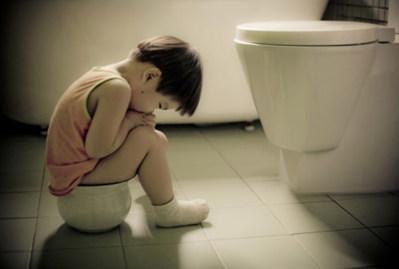 Ребенок плачет, сидя на горшке?